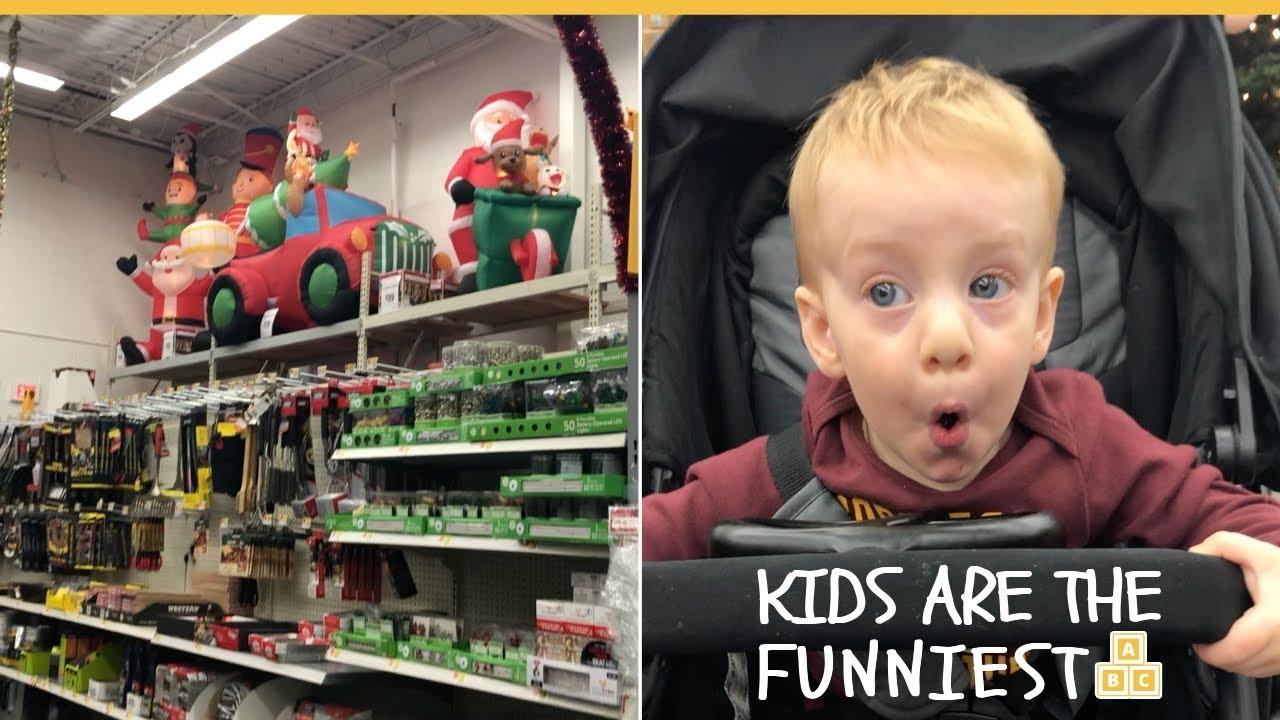 Годовалый Александр увидел рождественские украшения