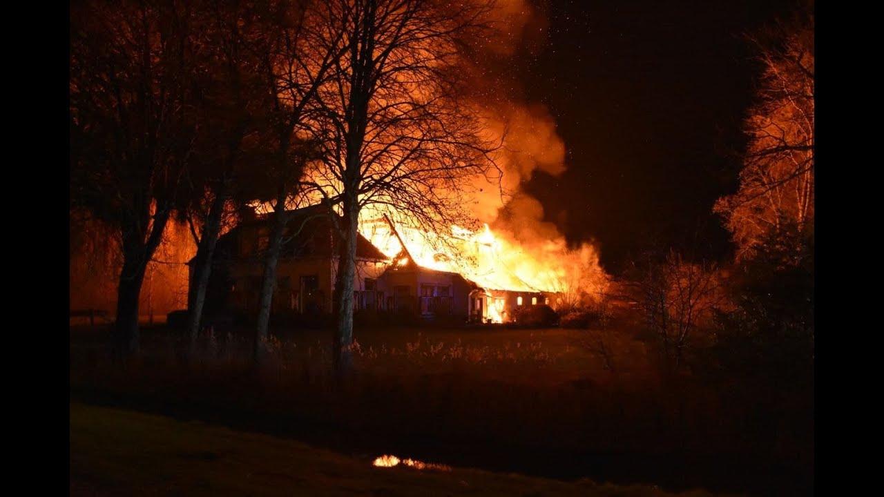 Grote uitslaande brand bij boerderij in Groningen