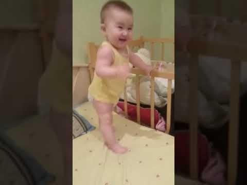 Доча танцует Мишка гуммибер.Это удивительно!! Смотри!!