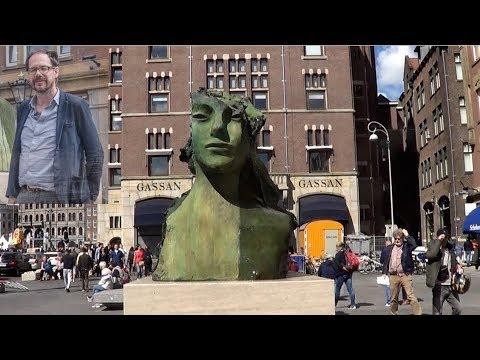 Bronzen fontein bij Scheltema gemaakt door Mark Manders.