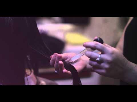 Maschera per capelli con cannella su capelli biondi
