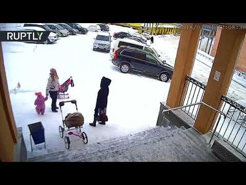 العرب اليوم - طفلة تنقذ والدتها من كوم ثلج مثقل كاد يسحلها!