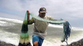 Pescador con mucha suerte atrapa el tesoro de pez (Lenguado) en su red