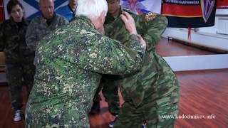 А. А. Кадочников объясняет освобождение от захвата за кисти рук