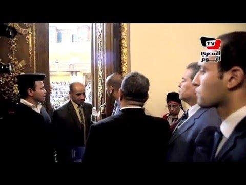الفيديو.. الأمن يمنع توفيق عكاشة من دخول قاعة البرلمان