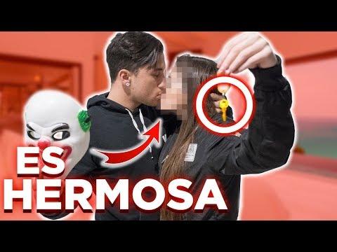 LE QUITO LA MASCARA A LA PAYASA S3XY Y ME BESA !!!