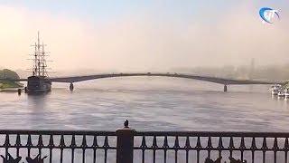 Сильный туман накрыл утром Кремль и пешеходный мост