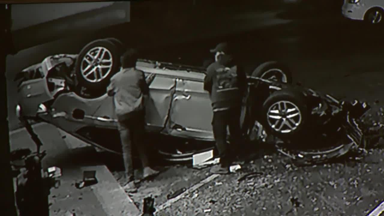 Автомобиль врезался в здание ресторана и перевернулся