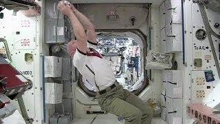 Смотреть онлайн Астронавты на МКС играют в футбол