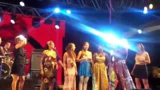 angélique kidjo @ back2black: tumba (meninas no palco)