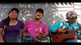 Aksi Luar Biasa Dua Kakek Pengamen Jago Bermain Kendang Dan Gitar ..  Ini Baru Musisi Jalanan Sejati