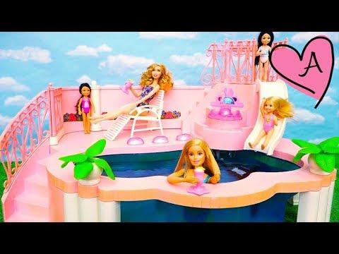 Chelsea no sabe nadar en la piscina de Barbie | Muñecas y juguetes con Andre para niñas y niños