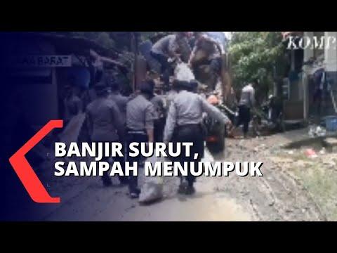 Banjir di Kebon Pala Surut, Warga Bersihkan Sampah yang Menumpuk