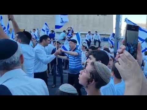 בריקוד הדגלים: סמוטריץ' רקד עם קרעי בשער שכם • צפו