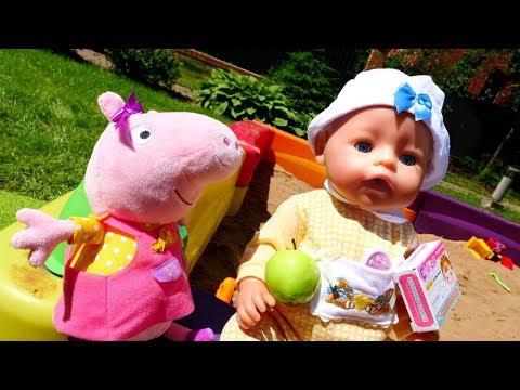 Baby Born und Peppa Wutz spielen im Sandkasten - Spielspaß mit Puppen