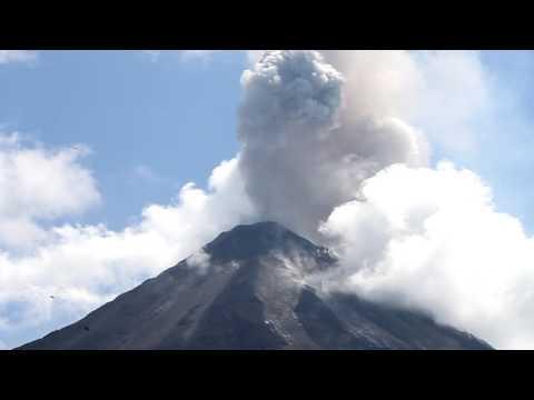 Volcán Arenal en plena actividad. Alta Definición.