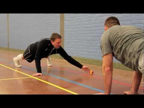 【遊び感覚で鍛えられる!】ボールを使った体幹トレーニング