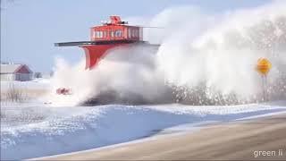 Зима. Железная дорога. Поезда едут сквозь снег. Расчистка снега поездом. Красивое зрелище!