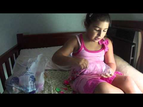 menininha linda brincando e cantando