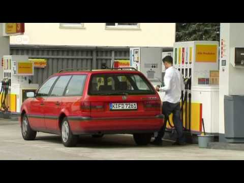 Der Kanister 10 Liter plastik- unter das Benzin