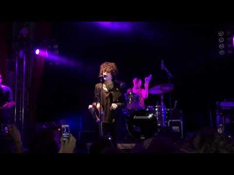 LP (Laura Pergolizzi) in Berlin 28.11.16 Beginning of a concert. Начало концерта