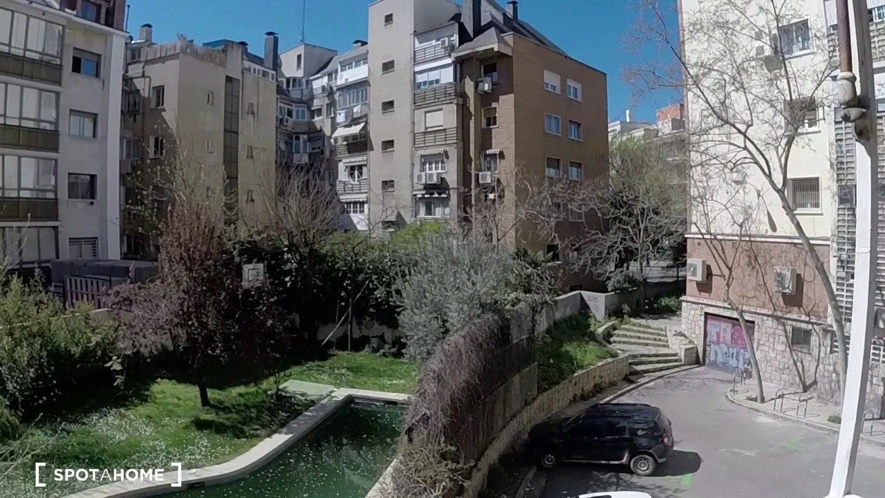 Double bed in Rooms for rent in 4-bedroom apartment with balcony and AC for rent in Bernabéu