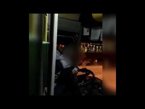 Видеофакт: Водитель вывез пассажиров на конечную остановку и требовал оплатить проезд