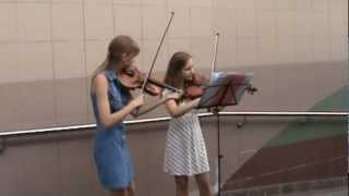 Девушки играют на скрипке в метро, Киев