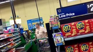 США.WALMART. Кассы самообслуживания.Покупатели платят сами.