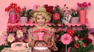 購買benetint玫瑰胭脂水!http://bit.ly/1vaQneL 我們的人氣唇頰兩用胭脂水備受寵愛,防吻不脫色,為雙唇及雙頰打造持久妝容。適合任何膚色使用,打造透薄性感的自然妝容。除了玫瑰色調的benetint玫瑰胭脂水外,還備有chachatint果漾胭脂水(芒果色調)、posietint花漾胭脂水(粉紅色調)及lollitint紫蘭胭脂水(淡紫色調)。純真可愛卻不失性感!觀看短片,見證benetint玫瑰胭脂水的迷人魅力!http://www.benefitcosmetics.com 訂閱更多小貼士與秘技:https://www.youtube.com/benefitcosmeticshk