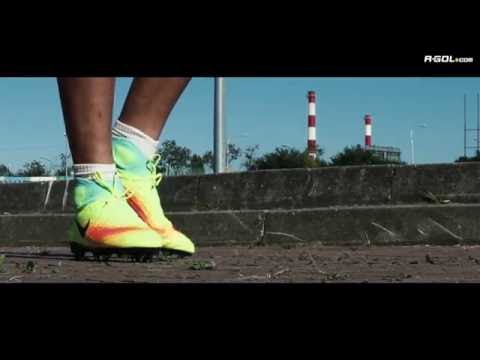 Tomasz Wełnicki w roli testera nowego modelu butów piłkarskich