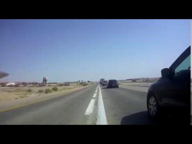 צפו: רכב עוקף אופנוע משטרתי תוך חציית קו הפרדה רצוף על כביש 90
