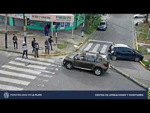 Conducía a alta velocidad, chocó un poste de luz y embistió un vehículo en 7 y 82