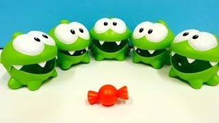 Om Nom español. Las bolas mágicas. Vídeo de juguetes.