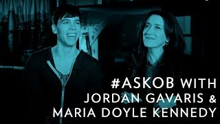 Jordan Gavaris et Maria Doyle Kennedy