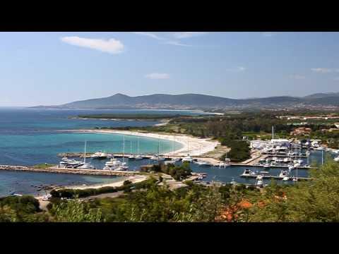 Panoramasicht über die Marina von Porto Ottiolu und seinen Strand