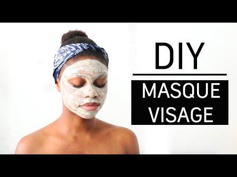 Le masque pour la personne avec le miel pour la peau sèche et se fanant