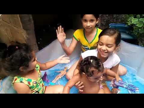 Na piscina brincando de Barby com minhas primas💓😝