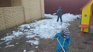 Уборка снега в детском саду.