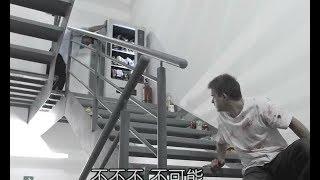 小伙被困没出口的楼梯里30年!身边贩卖机竟有无限的食物可以吃!