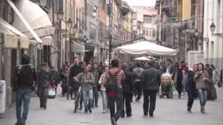 preview picture of video 'Pisa: walk to the Leaning Tower part 1 .mov'