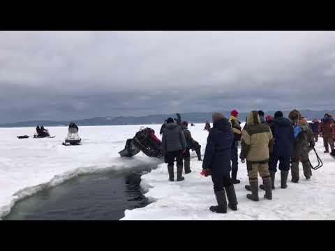 Снегоход провалился в трещину во льду на острове Сахалин