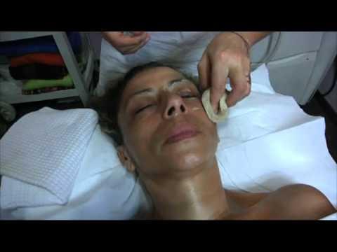 Il massaggio al viso distante di rotazione affronta il pacco