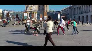 02 Как иностранные туристы развлекаются на майдане в киеве
