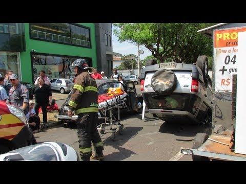Carro capota após acidente na Bento de Abreu
