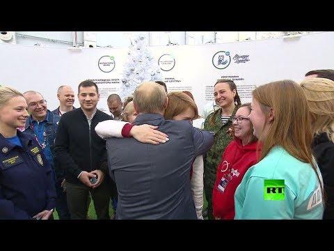 العرب اليوم - شاهد: لفتة مؤثرة من فلاديمير بوتين أثناء لقائه بعض الشباب