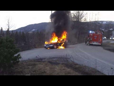 Den brinnande Mercedesen rullade iväg under brandsläckningen i Norge