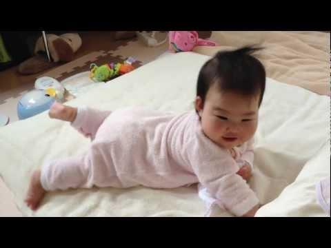 Yumuk ayaklı Çinli bebek hareket etmeyi öğreniyor
