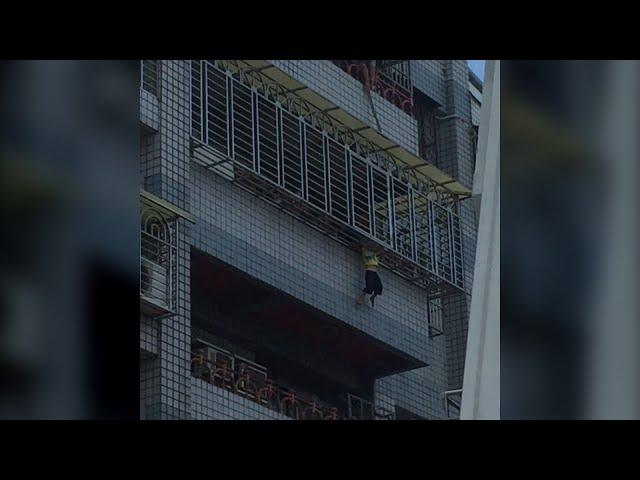 إنقاذ طفل تدلى برأسه من الطابق الخامس