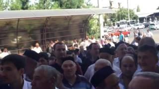 Очередь за поминальным пловом в Ташкенте